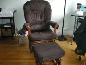 Chaise berçante avec pouf
