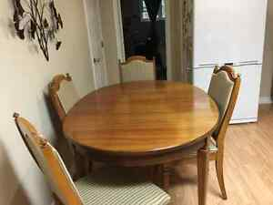 Tabl, 4 chairs, table extension and buffet/hutch