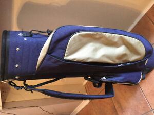 Équipement de golf droitier comprenant sac, bâtons et cache bois
