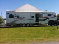 Fifth wheel toyhauler