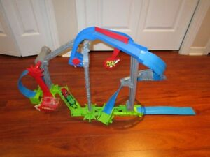 hot wheels playset: spin around and magnetic car upaide down