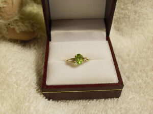 10kt yellow gold ring with a genuine Peridot Ring - Size 6