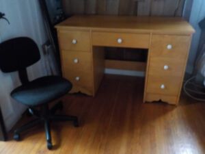 Ancien bureau de travail en bois avec chaise, et petit bureau