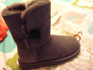 UGG Australia Bailey Button in Grey Size 5 Regina Regina Area image 1