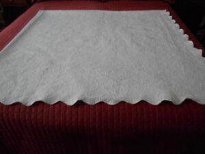 Magnifique couvre-lit blanc avec bordure brodée