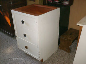 White 3 drawers cabinet.