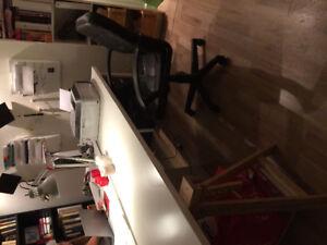 Bureau et une Chaise pivotante en cuir idéal pour etude