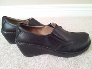 Hush Puppies Black Leather Shoes (Size 8) London Ontario image 1