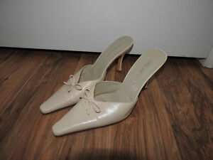 NINE WEST off-white / cream shoes (size 8.5)