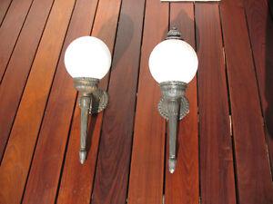 Deux luminaires extérieurs antiques