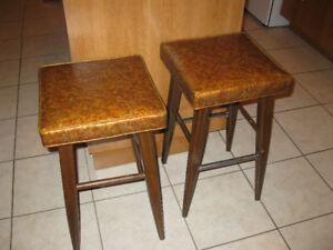 2 bancs de comptoir ou bar en bois et vinyle