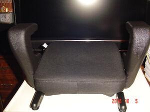 """CLEK OZZI"" BELT-POSITIONING VEHICLE BOOSTER SEAT, MODEL #OZ11CO Windsor Region Ontario image 5"