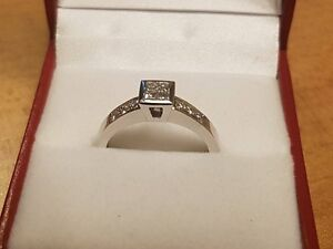 URGENT MUST SELL!!!! 18k White Gold Diamond Engagement Ring