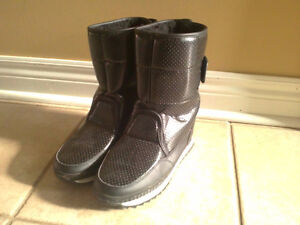 Women's black faux fur lined winter boots Size 7 London Ontario image 1