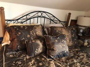 Queen Comforter with 2 pillow shams and 2 decorative pillows