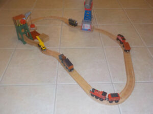 THOMAS WOODEN RAILWAY STARTER SET * WITH 5 TRAINS AND TRACKS