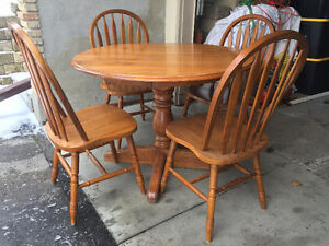 Beautiful Solid Wood Pedestal Table, 4 Chairs and a Leaf