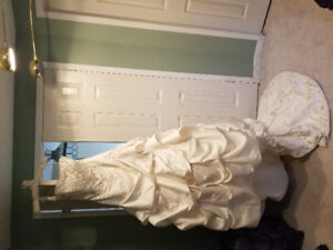 Beautiful never worn wedding dress for sale