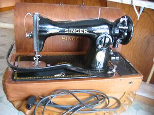 Machine à coudre noir Singer antique en parfait état avec clé.