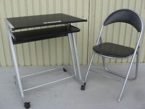 Une table d'ordinateur avec chaise pliante en métal