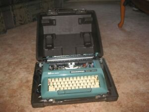 VINTAGE SMITH-CORONA ELECTRIC TYPEWRITER IN VERY GOOD CONDITION