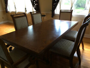 Beautiful dining table with 6 chairs and extension in oak