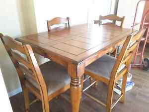 Table et 4 chaises hautes