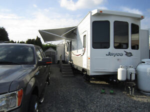 Mint condition 2015 Jayco 40-foot trailer on big site