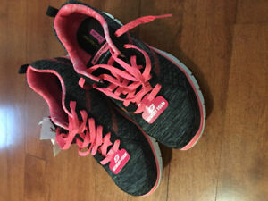 NEW sketchers sneakers size 7