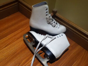 Girl / Figure Skates / size 2 / In Good Condition