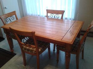 Set de table avec quatre chaises