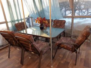 Table patio + 6 chaises en excellent état