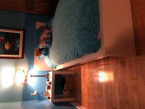 Base de lit avec matelas et table de chevet