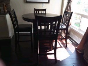 Round table  and  4 chairs,