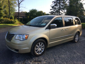 CHRYSLER TOWN & COUNTRY 2010   *** 73,300 KMS ***