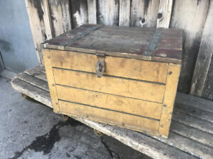 ANTIQUE LIDDED WOOD CRATE
