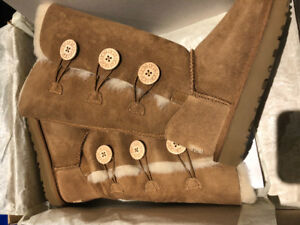 Ugg w Bailey button triplet - size 7