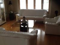 Divan CUIR BLANC  et 3 tables vitres / vesseliers blanc