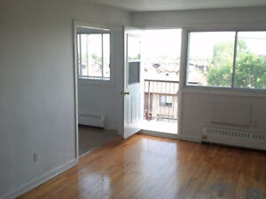 Lachine Front Balcony Heat, Hotwater, fridge and Stove Included