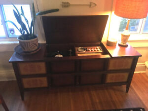 VINTAGE ELECTROHOME RECORD PLAYER