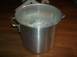 Commercial Crown 32 liter stock pot with ladles and desert cups