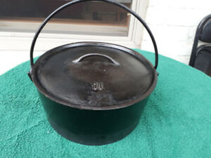 Unmarked Cast Iron Dutch Oven Gatemarked w/ Lid