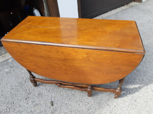 GORGEOUS SOLID WOOD OVAL DROP LEAF FOLDING TABLE,6 LEGS-95$