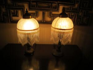 Coquette lampe de table avec frange, 25$ chaque.