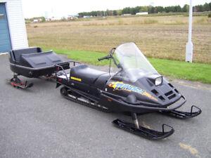 tundra R long track 2003 avec une carriole 2 places avec lumiere
