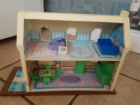 Small doll house with furniture, just £3.00!