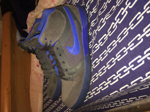 Selling a pair of Nikes size 13