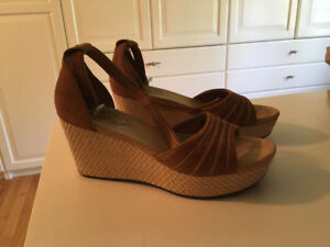 UGG SANDALS, SIZE 9, IN PERFECT CONDITION