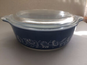 Pyrex Colonial Mist bowl with lid