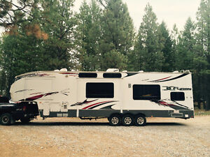 2011 Fuzion 5th Wheel Toy Hauler